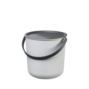 Akita 10L, storage bucket with a clear Scandinavian design. It can be used used for storing a wide variety of things including towels, blankets, magazines or as a plant bucket. This bucket is light grey and the lid and handle are black.
