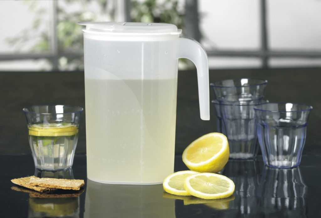 Margerit lemonade jug with a firm lid clousure, and it is optimized for storage in the fridge door. Like other jugs from the Drinking category it is easy to clean.