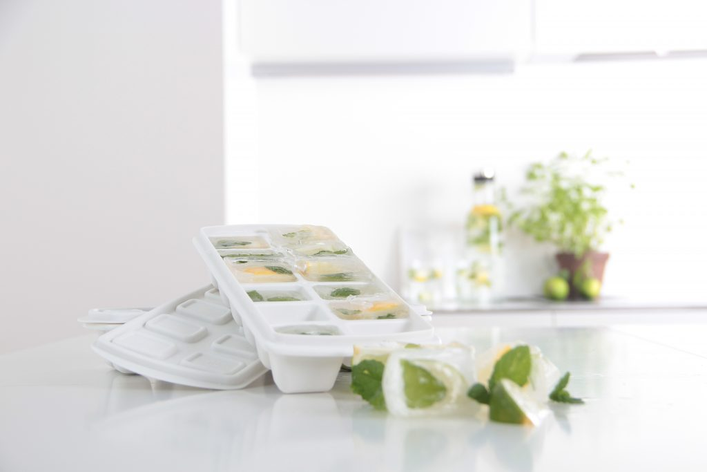 Ice Cube Tray with a practical lid that protects from spilling. An ice inside contains lemon and mint to make it extra festive and to add more flavor.