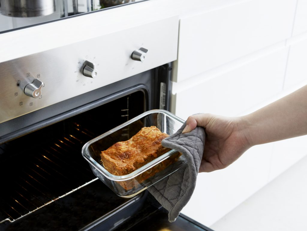 Lyngyby container are suitable for oven and microwave (without the lid) because of the glass bottom. Beautiful Nordic design fits in to most kitchen style. Conainer without a lid is placed in a oven, and have piece of the lasagne inside.