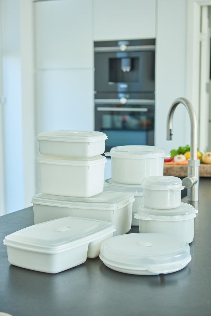 Micro Box series is dishwasher safe and it simple desing makes it perfect for every kitchen. Boxes in white color stand on the table top in a kitchen.