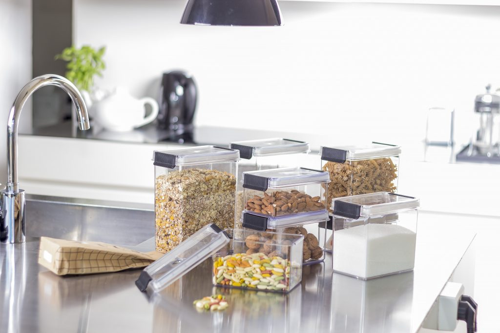 Oslo, a series of dry food storage boxes with a clip-closure function, which allows the dry food to stay fresh and crispy. Food containers stand in the kitchen.