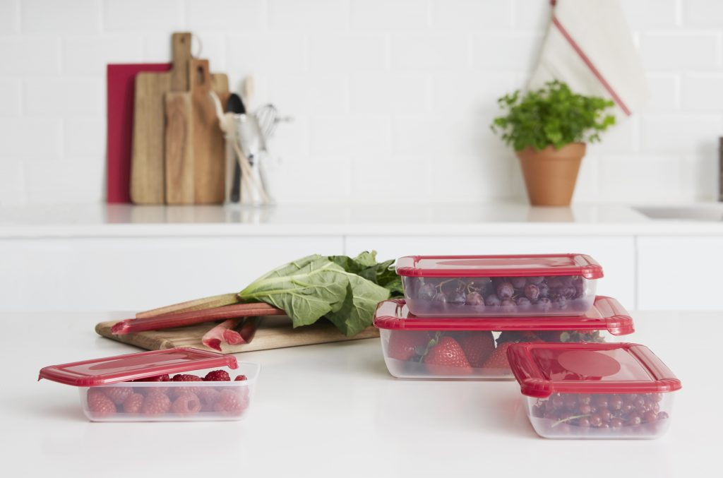 The Polar box series of containes has clear bottom that makes it easy to get an overview of what is stored inside of the box. Boxes are on the tabletop full of fruits.