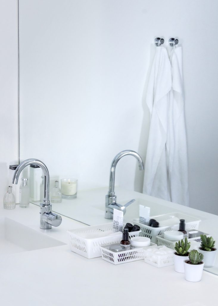 Mini basket is a series of small storage baskets ideal for organizers for your bathroom. Three holders are placed next to each other on the sink.