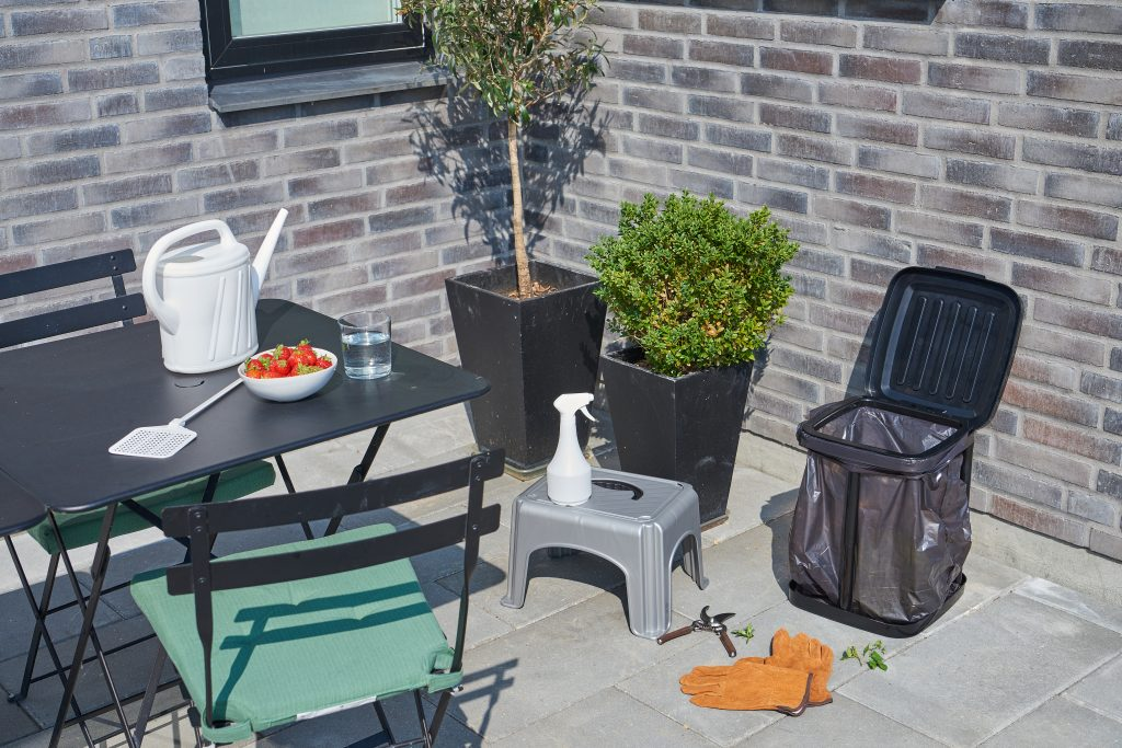 Garbage holder, fly swatter, step stool, watering can and sprayer, all the practical tools on the terrace.