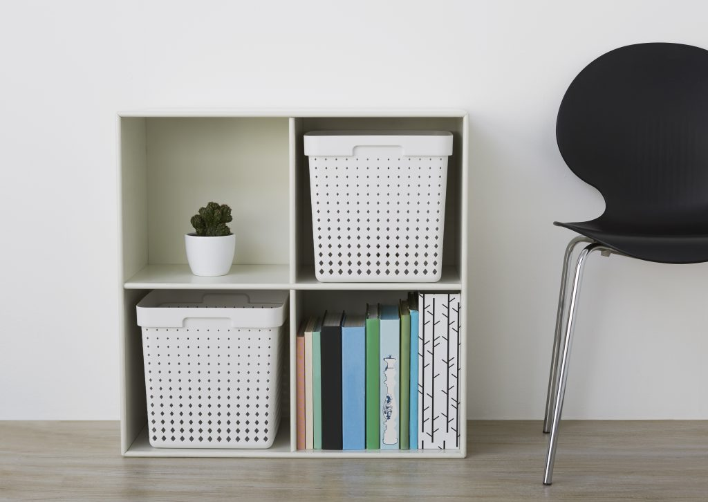 The extra-large Seoul storage baskets in white color are placed in the bookcase.