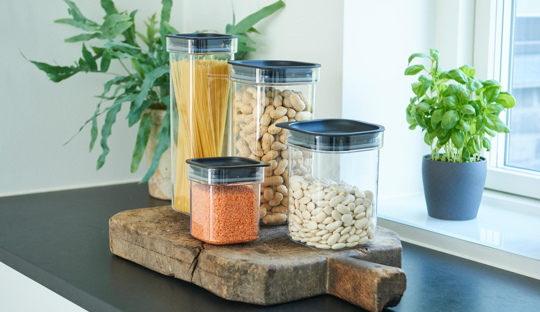 Hamburg is an elegant series of canisters for storing dry food. Containers have round corners and are available in 4 sizes.